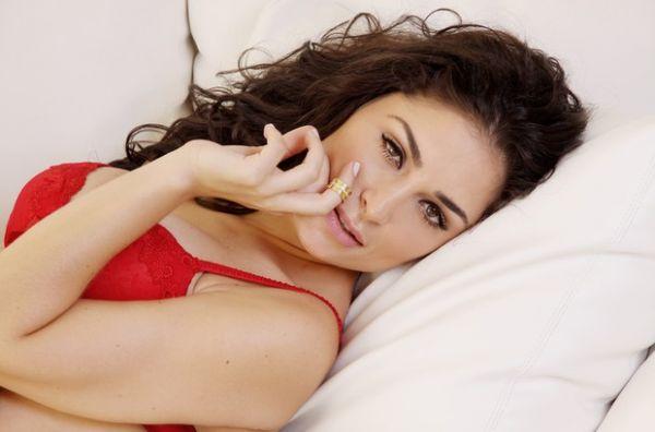 De lingerie, Franciely Freduzeski posa para sessão de fotos sensuais