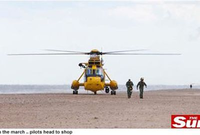 Equipe inglesa pousa helicóptero de resgate em praia para comprar picolé