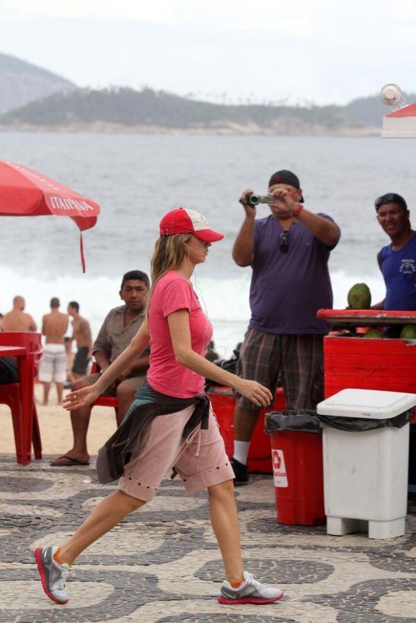 Luana Piovani caminha pela orla e se irrita com fotógrafo
