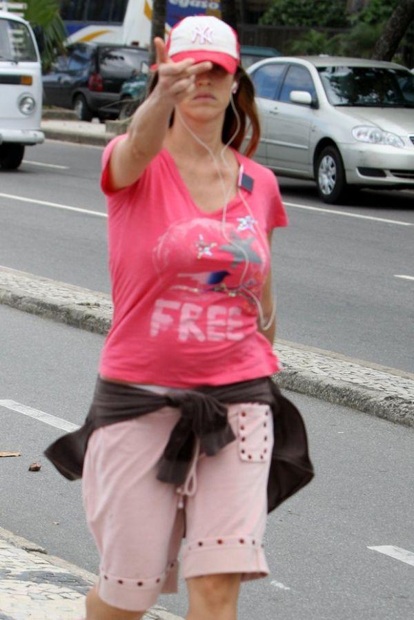 Luana Piovani se irrita e faz gesto obsceno para paparazzo