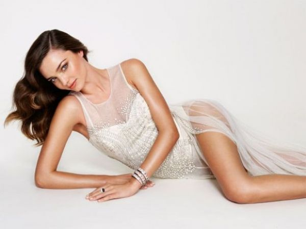 Miranda Kerr posa com vestido transparente para capa de revista