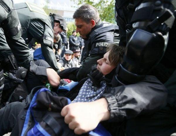 Policiais da Alemanha dispensa manifestantes anticapitalismo