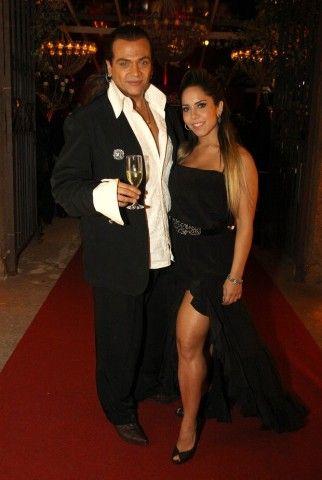 Após o casamento, Gracyanne e o cantor Belo brindam e se jogam na pista de festa