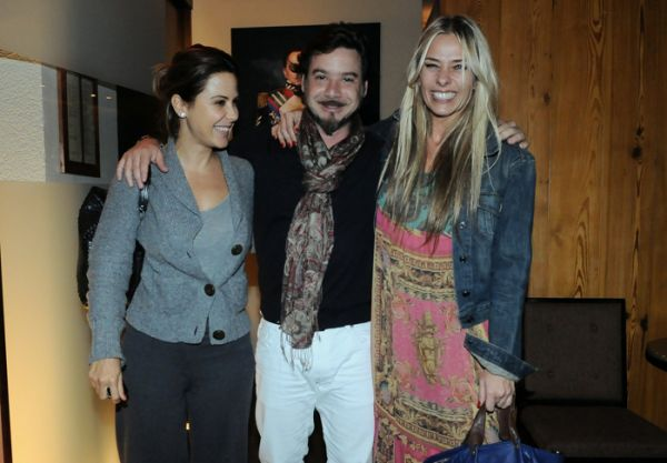 Charmosa, Adriane Galisteu vai à restaurante com look indiano