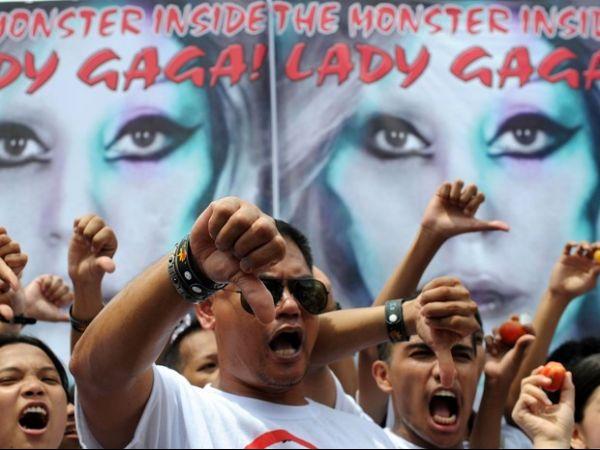 Jovens cristãos protestam contra show de Lady Gaga