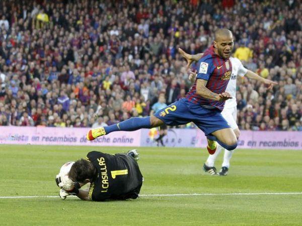 Lateral Daniel Alves pode trocar Barcelona por PSG, diz jornal