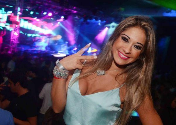 Mayra Cardi dá selinho em amiga em festa no Rio