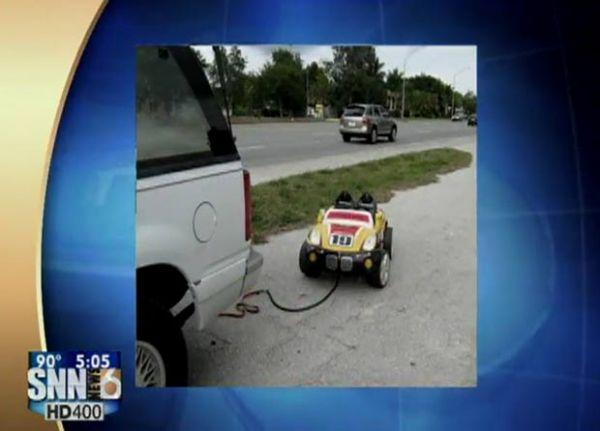 Casal dirige rebocando carrinho de criança com neta dentro e vai preso