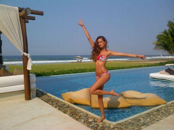 De biquíni, Izabel Goulart posa ao lado de piscina no México