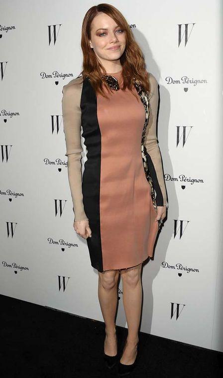 Jennifer Lopez e Emma Stone usam vestido com cobra de cristal de quase R$ 15 mil