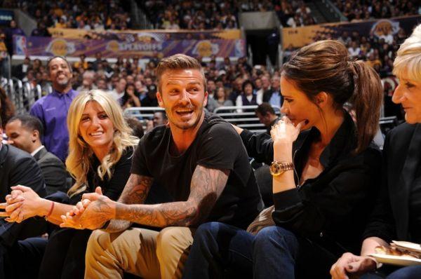 Victoria Beckham sente vergonha ao beijar marido durante jogo