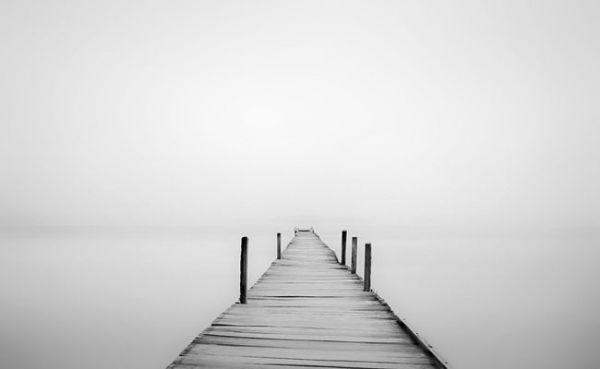 Artista usa neblina para criar efeitos de contraste em ensaio minimalista