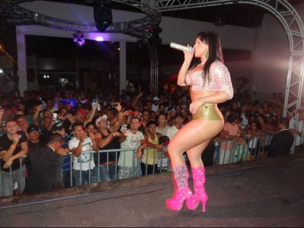 Com botas pink, Mulher Melancia leva multidão ao delírio na Bahia
