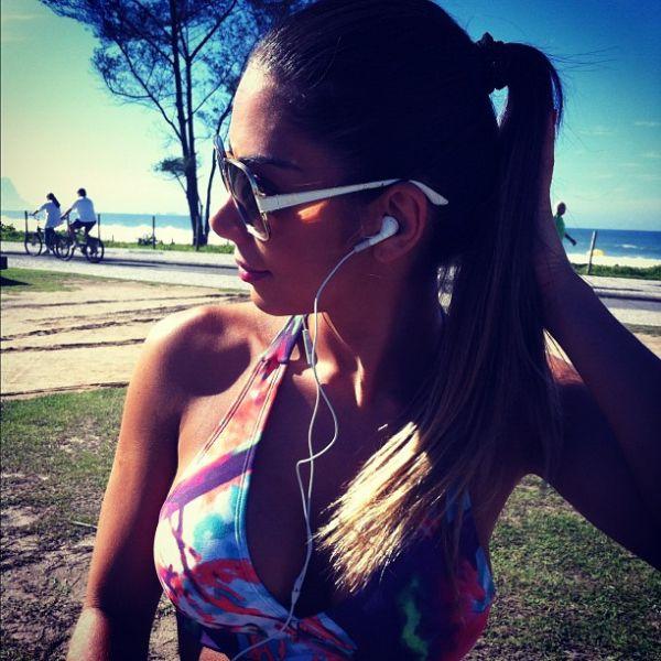 Vice do Miss Bumbum, Graciella Carvalho curte praia no Rio
