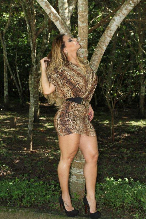 Viviane Araújo exibe pernão em catálogo de loja
