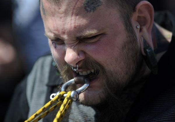 Competidor puxa picape com os dentes em evento de força nos EUA