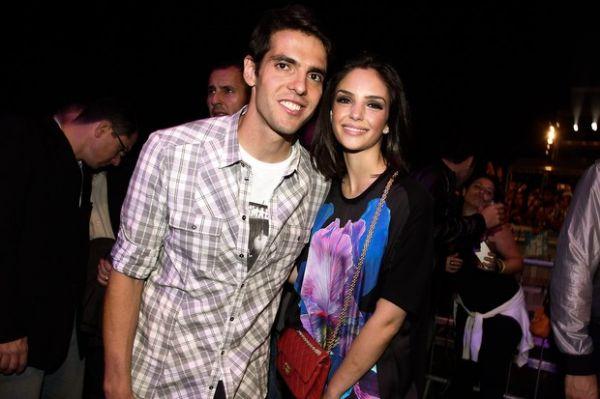 Jogador Kaká curti show agarradinho com a mulher em São Paulo