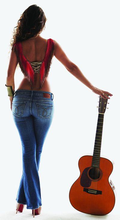 Paula Fernandes divulga fotos em que compara seu corpo a violão
