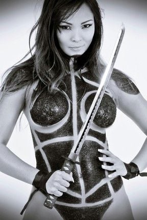 Carol Nakamura posa com corpo pintado para revista