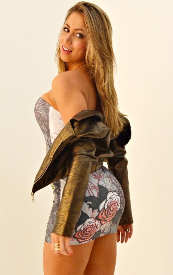 Com vestido curtinho, ex-panicat Carol Narizinho posa para fotos