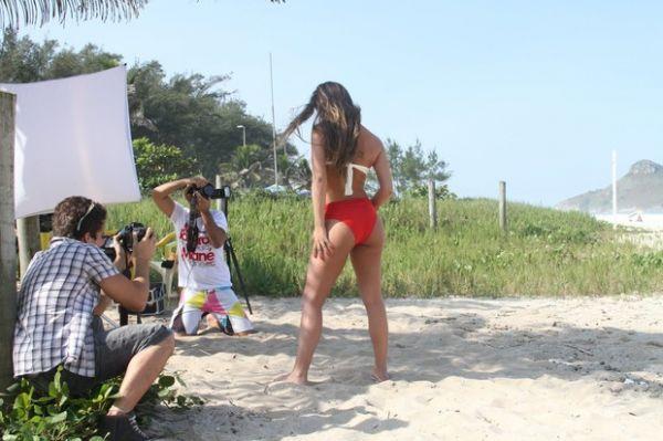 Ex-BBB Laisa posa de fio-dental para editorial de moda no Rio