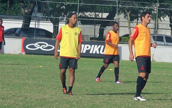 Torcedor tenta protestar contra Ronaldinho, mas segurança impede
