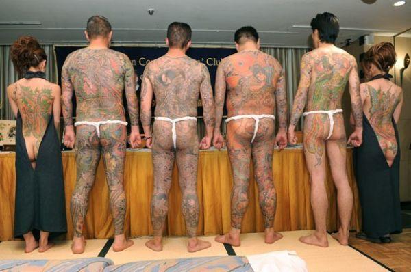 Com tangas fio-dental, japoneses exibem corpos tatuados