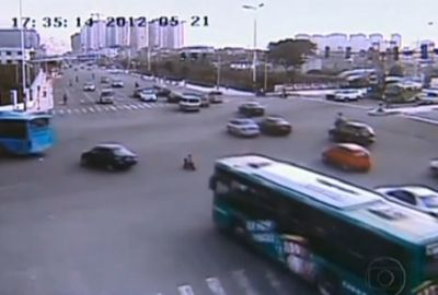 Criança é flagrada com triciclo de brinquedo no meio do rush