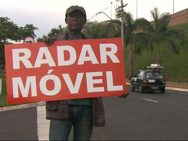 Advogado revoltado com multa paga funcionários para avisar sobre radares