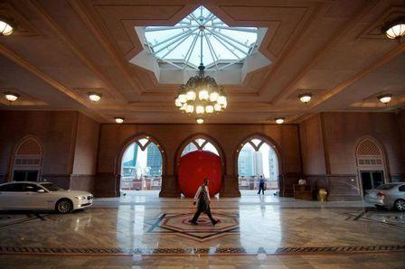 Homem viaja mundo para encaixar bola em pequenos espaços