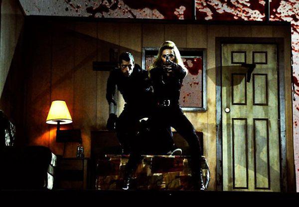 Madonna aparece em cenas de ação em fotos do ensaio de nova turnê