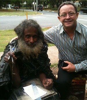 Morador de rua reencontra família após perfil criado no Facebook
