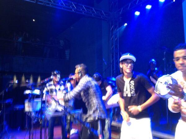 Neymar comemora vitória do Santos em show de pagode