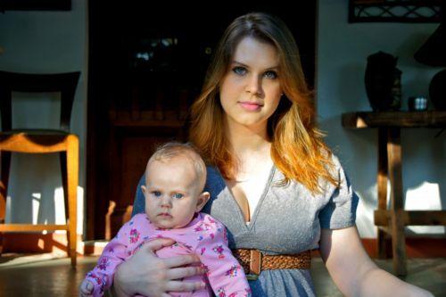 Vinte quilos mais magra, Carolinie Figueiredo posa com a filha. Fotos