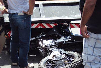 Acidente moto com carro deixa dois feridos na Av. Pinheiro Machado