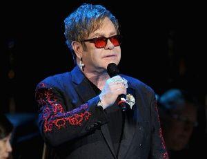 Elton John se recupera bem após internação, diz porta-voz do cantor