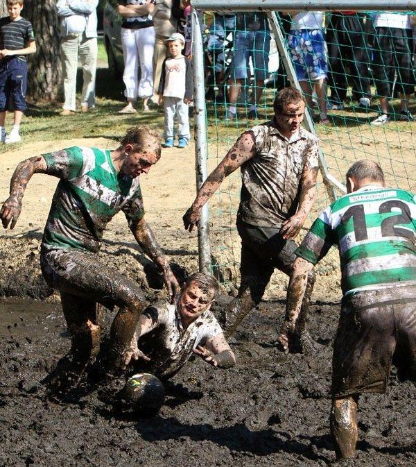 Jogo de futebol na lama comemora dia nacional do homem, na Lituânia