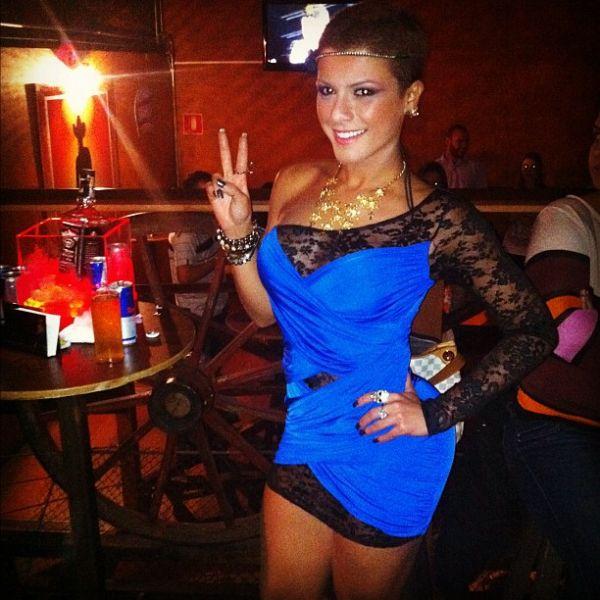 Babi Rossi usa vestidinho rendado para balada sertaneja em SP