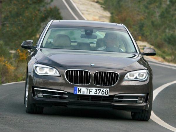 BMW Série 7 passa por discreta reestilização