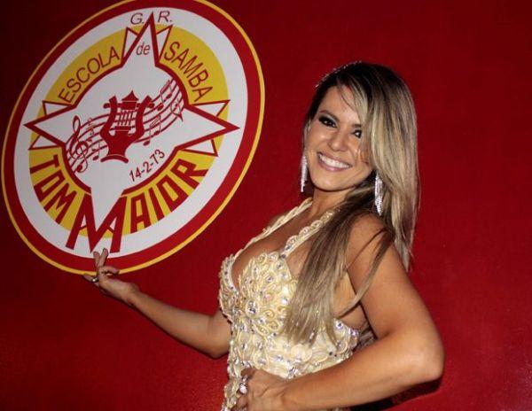 Ex-panicat Tânia Oliveira usa vestido feito com camisinhas