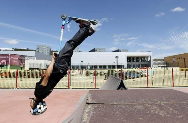 Jovem impressiona com manobra radical de patinete na Espanha