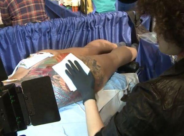 Britânica viaja para NY para finalizar 2 anos depois tatuagem no bumbum