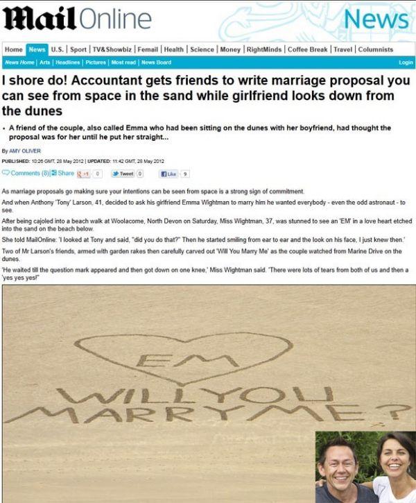 Britânico pede mão da namorada com mensagem gigante em praia
