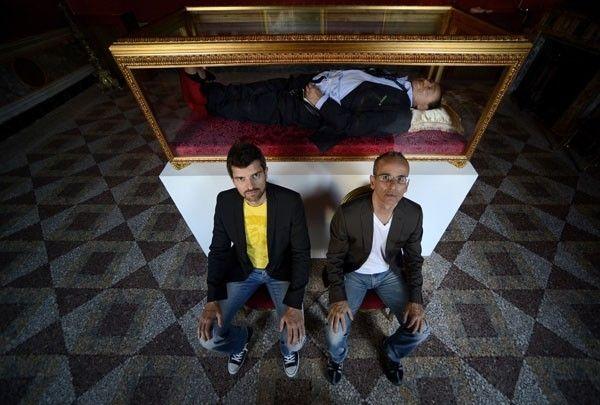 Artistas italianos criam figura de Berlusconi dentro de caixão.