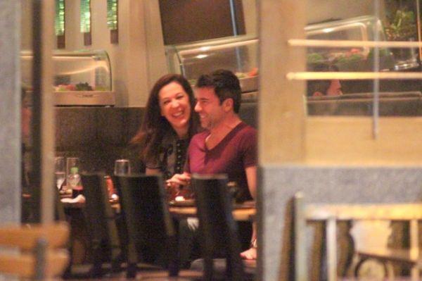 Claudia Raia se diverte e troca beijos com namorado em jantar