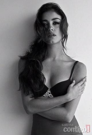Sophie Charlotte é fotografada em pose sensual só de sutiã