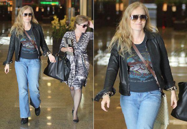 Angélica passeia com a irmã em shopping