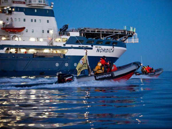 Ativistas bloqueiam navio para impedir a exploração de petróleo