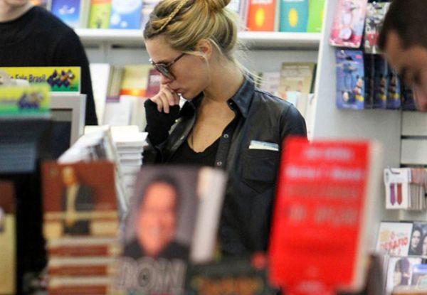 Carolina Dieckmann é fotografada no aeroporto Santos Dumont