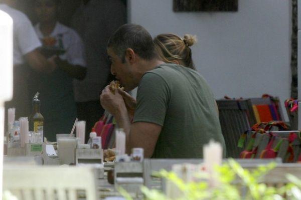 Reynaldo Gianecchini e Mariana Ximenes se divertem em almoço